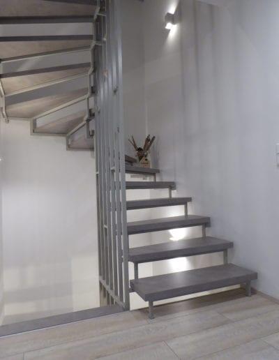 3.0_ Blockstufe_ Beton_ Geländer gestrichen_ Wände Malervlies