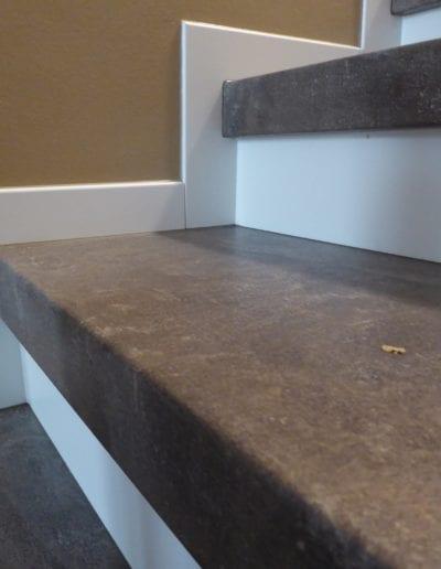 4.5_ Treppenrenovierung-Wandanschluss-Scheuerleiste-Weiß